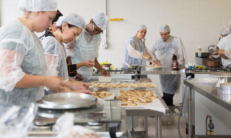 Auxiliar de Cozinha - Ajudar o cozinheiro nas atividades - Rio de Janeiro